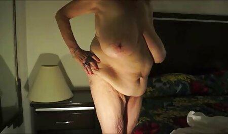 Une mère plantureuse mangeant un porno streaming film francais homme dans la cuisine.
