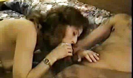 Cavalier saccades sommeil blond avec chaîne sur son papier. site porno film francais