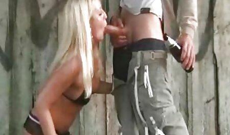 Petite amie baise brune avec film porno francais lesbienne un gros gode noir dans le lit.