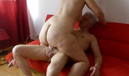 Des filles maigres dansent un strip-tease devant la film porno francais free caméra et se caressent.