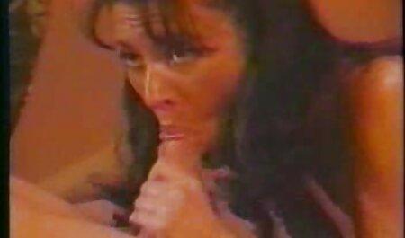 Un groupe de noirs se relaient haletant pour Moore sur porno vintage francais gratuit le canapé.