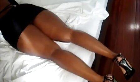 Une femme rousse se fait baiser par un homme avec un gros pénis regarder film porno en français au lit.