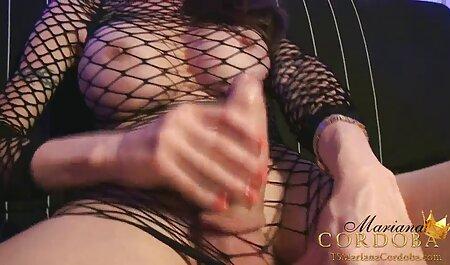 Shmara, avec le pendentif autour du cou, se masturbe film porno français film porno français pour la webcam.
