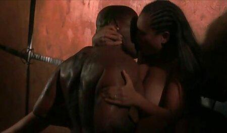 Une rousse cultivée dans un manteau rouge, la chèvre blanche et les membres lesbiennes de son extrait video x francais amant, et il entre dans la bouche d'une femme.