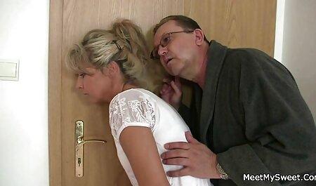 La blonde dans la Chambre des secrets suce un étranger video gay gratuite en francais et les baise.