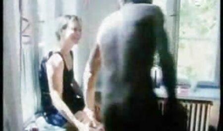 La jeune porno francais film streaming blonde montre son corps et commence à se masturber le vagin.
