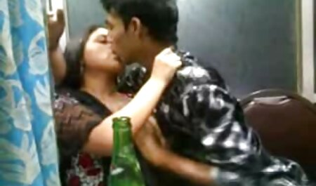 La sexe en streaming francais jeune femme montre gros seins devant la caméra.