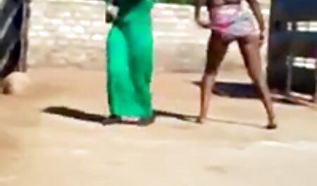 Une jeune femme noire met un gros film porno en français xxx cul sur le bord de la piscine.