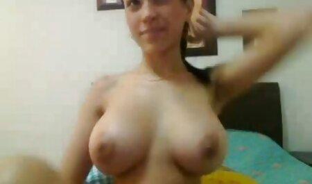 Une femme grise avec de gros seins souffle un vieil filme porno vf ami.