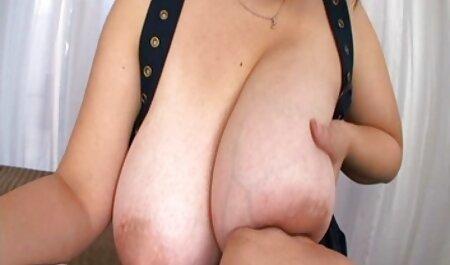 Latina bouclée, Kayla cherche film porno gratuit Lewis a nettoyé le tapis rouge en chemises et shorts roses.