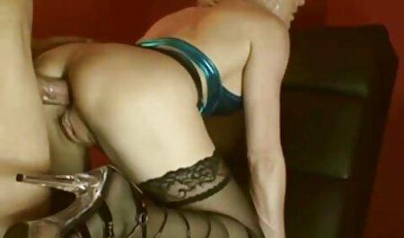Skinny fille soufflant un professeur barbu et la streaming film porno francais complet baise sur le canapé.