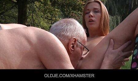 Une fille dans un costume d'ange met des Perles anales et un film pornou francais gode dans son cul.