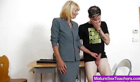 La grosse mère lave le corps film porno espagnol gratuit avec diligence dans la salle de bain.