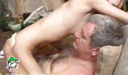 Busty se masturbe film porno français echangiste son vagin avec un gode rose sur webcam.