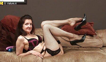 Brune, bottes aux cheveux film porno entier francais bouclés pour la caméra.