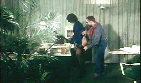 La pièce baise blonde avec de petits seins dans le film porno complet francais gratuit cul sur le canapé.