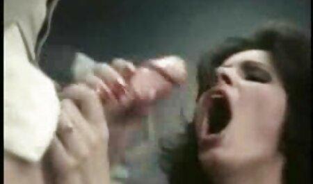 Blonde en lingerie rouge donne aux hommes d'affaires film porn francais une bite dans le cul.