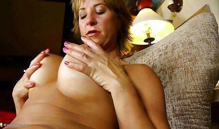 La jeune brune souffle film erotique gratuit en francais son copain sur le grand lit.