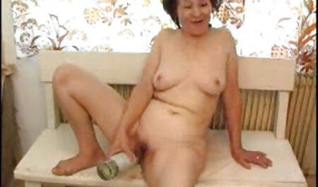 La jeune femme en fait film porno francais en entier quelques-uns avec le repose-pieds pour grimper sur la table.