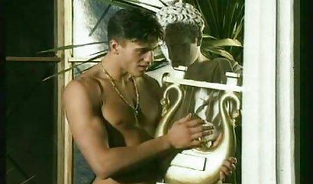 Masseur lubrifie film gay porno en francais le corps du client avec de l'huile et frappe le pénis à un moment donné.