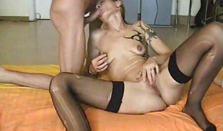 Des athlètes nus se font baiser par film x français streaming gratuit un entraîneur à la salle de gym.