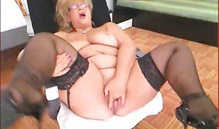 Une femme de ménage film sexe amateur francais se masturbe avec un aspirateur et divers articles.