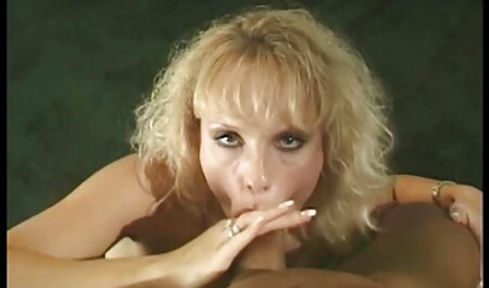 Une film sex italien gratuit fille aux gros seins soufflant une grosse bite sur le lit.
