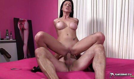 Hahal à la peau film porno francais en entier foncée attire une fille à diriger, l'exposant de la fenêtre