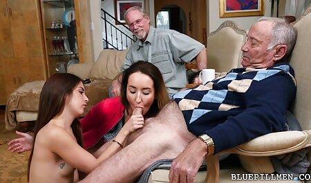 Un petit ami site porno vf met son pénis dans le vagin tatoué de Rebecca rainbow sur un canapé rouge.