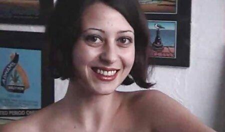 Pute avec une grosse poitrine naturelle se caressant sur le site porno vf canapé