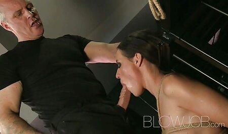 Un homme aide une femme aux larges épaules à ouvrir sa chemise et à pousser son torse contre films erotiques francais gratuits l'aine.