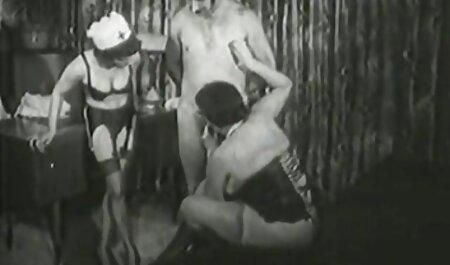 La jeune beauté pour la caméra film gay porno en francais donnant une pipe profonde à l'opérateur
