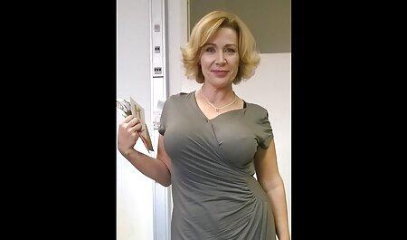 Maman a grimpé dans la baignoire et a commencé à remuer sa poitrine saine. extrait film x français gratuit