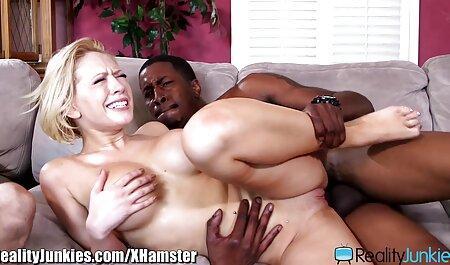 Une blonde aux cheveux fixés parle d'une jeune brune pour débloquer des vêtements en film porno complet en francais gratuit plâtre.