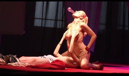 Fille russe film porno en langue français en blouse blanche avec une bite douce sucer la bite d'un homme