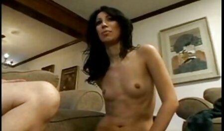 Fille aux cheveux bouclés avec de jolis yeux sucer la film streaming porno vf bite d'un ami.