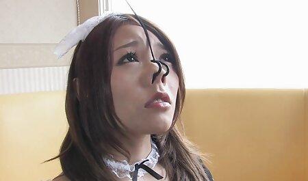 Une belle lingerie blanche qui suce hahala dans son manteau et tire son dessin animé porno streaming chapeau sur sa méduse.