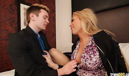 Femme au foyer verser de la poudre avec site streaming porno francais une chemise de nuit sexy