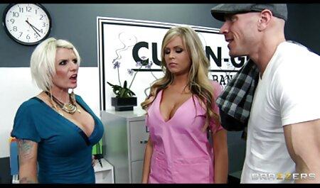 Un film porno gratuit français complet modèle de webcam en sous-vêtements érotiques allume le public avec du lait et un joli cul.