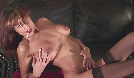 La femme bon film porno français suce son mari et son petit ami avant de dormir sur le canapé.