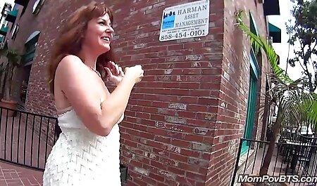 Ébène Victoria Taylor baise gode film porno streaming français sur le canapé rouge.