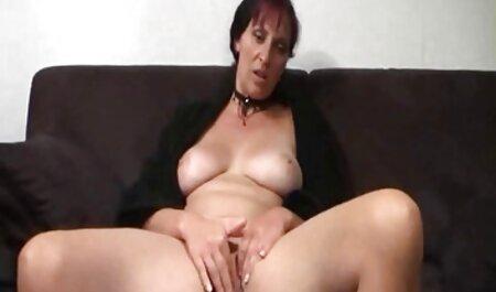 Hongrie avec de petits seins film porno en streaming vf sur le dessus d'un phallus et un petit ami sucer la bite