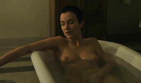 Le jerk film pornographique en streaming vf suce la grosse bite alors qu'il est allongé sur le ventre dans son lit.
