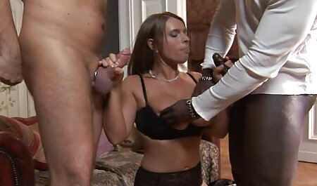 Une jolie brune film sex porno francais aurait des relations sexuelles avec deux barmans dans un restaurant.