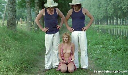 Janice Griffith, avec un film porno xxx français piercing au nombril, frotte son vagin sur le sol stratifié.