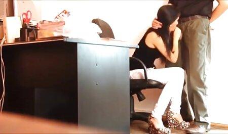 Le propriétaire de la maison donne des joues et baise la fille film porno gratuit américain noire dans le vagin dans la chambre