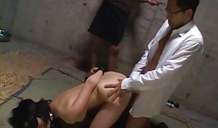 Frisé ma enlève son T-shirt rouge avec une jupe noire et montre le cul film pornographique francais gratuit et la chatte