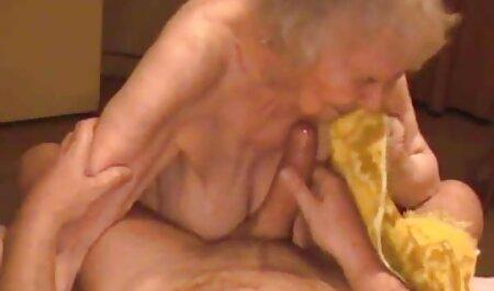 Lesbiennes se sucent la chatte video porno francais en streaming sur un canapé rose.