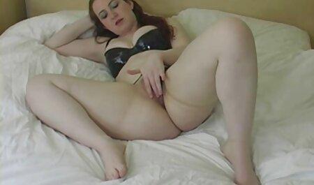Coquine brune film porno entier francais au lit pour la webcam.