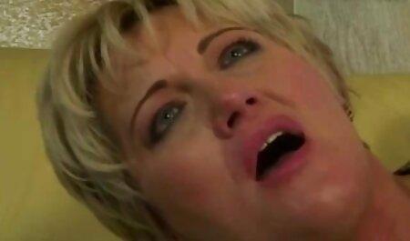 Dans la pornographie française gratuite chaise, une femme noire aux seins bombés s'est baisée avec une bite en caoutchouc.